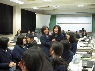 歓喜する学生.JPG